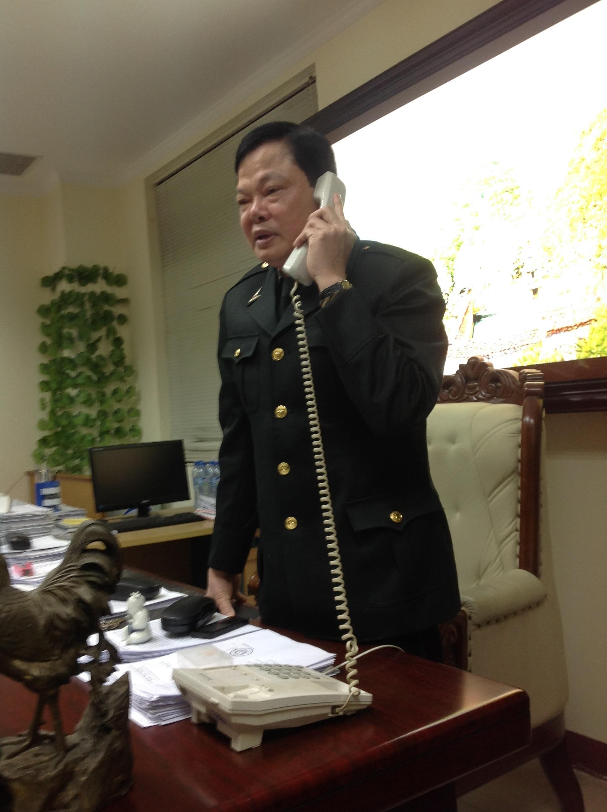 Ông Phạm Trọng Đạt đang tiếp nhận một cuộc điện thoại phản ánh cán bộ nhận quà Tết trái quy định.