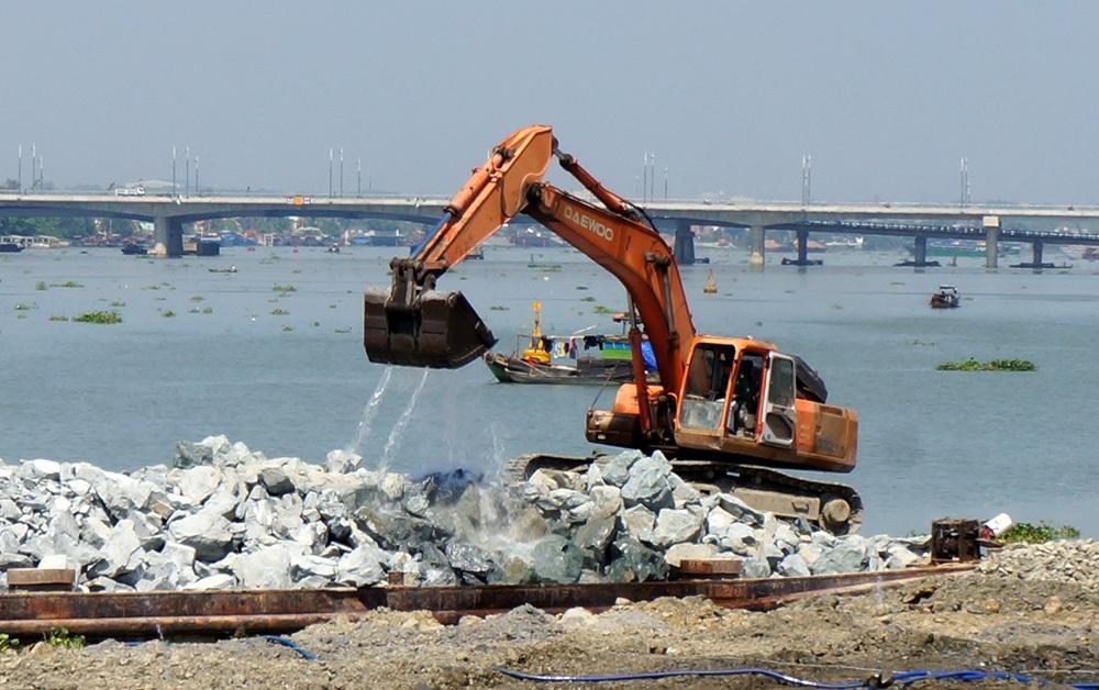 Việc san lấp sông Đồng Nai vẫn đang diễn ra hối hả (Ảnh: Trung Kiên).