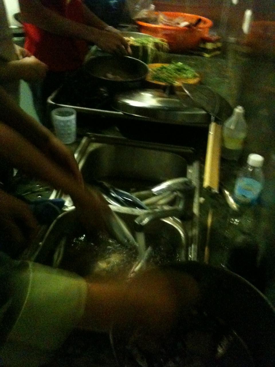 Và cuối cùng là nhờ đầu bếp trên tàu chế biến thành các món ăn khác nhau.