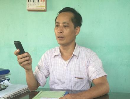 Ông Phạm Văn Hoạt làm việc với phóng viên Dân trí với chiếc điện thoại lúc nào cũng lăm lăm trên tay.