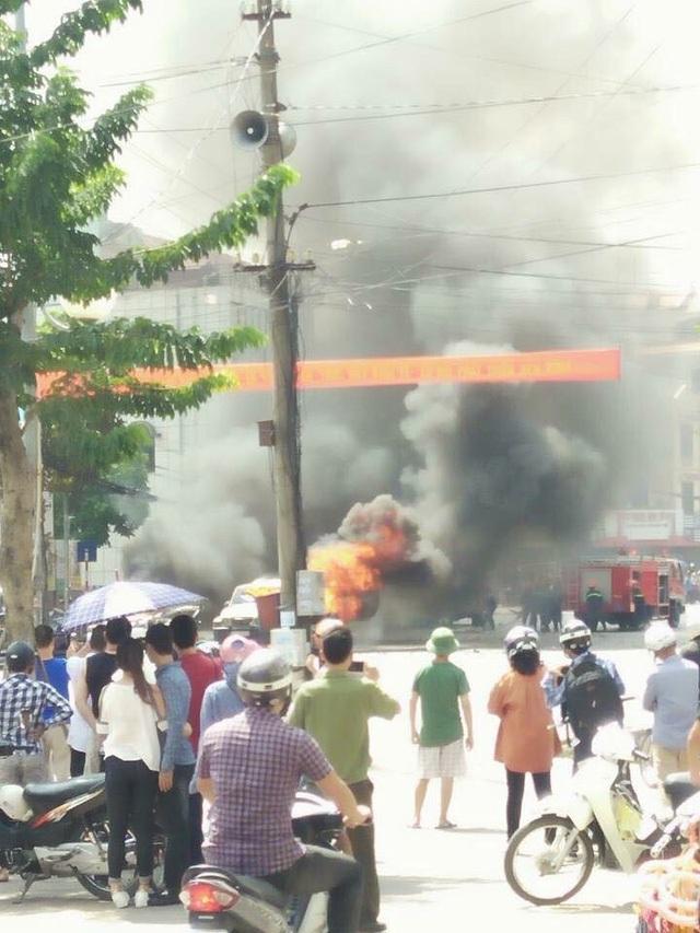 Vụ nổ xe taxi khiến 2 người chết.