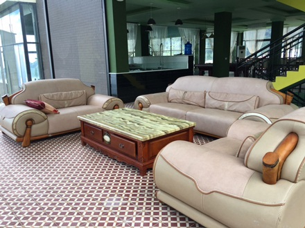 Bên trong biệt thự có nhiều phòng khách với các bộ ghế da sang trọng có giá hàng trăm triệu đồng.