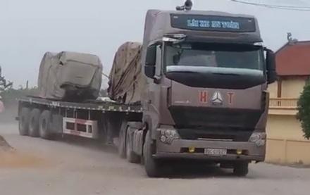 Những chiếc xe tải khủng chở nhiều cuộn sắt thép có dấu hiện quá tải cày xới quốc lộ nhiều tháng nay.