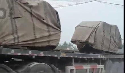Những cuộn thép có trọng lượng nặng hàng chục tấn được những chiếc xe oằn mình cõng vượt qua nhiều chốt trạm của cơ quan chức năng.