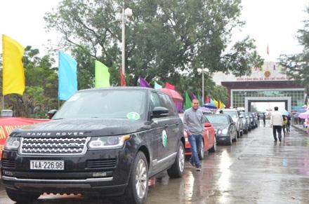 Đoàn xe của khách du lịch Việt Nam tự lái sang Trung Quốc.