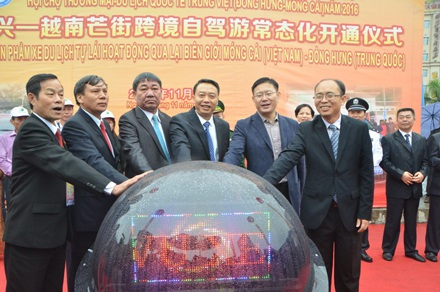 Các đại biểu nhấn nút khởi động lễ thông xe du lịch song phương giữa Việt Nam - Trung Quốc.