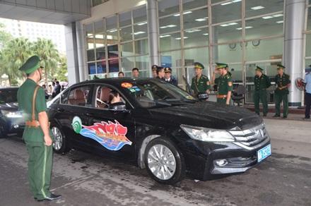 Khách du lịch Trung Quốc lái xe sang Việt Nam.