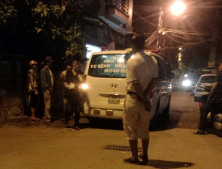 Chiếc xe cứu thương đưa nạn nhân đi bệnh viện nhưng đã tử vong.