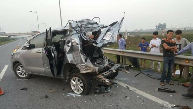 Tai nạn thảm khốc khiến 10 người trên chiếc xe con Innova bị thương vong. (ảnh Otofun).