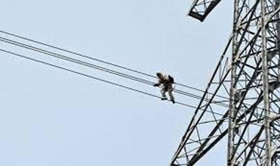 Những đường dây điện cao thế sát mái nhà dân tiềm ẩn nhiều nguy hiểm. (Ảnh minh hoạ).