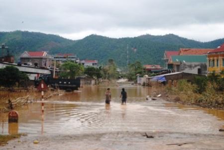 Nước đã rút nhưng nhiều tuyến đường vẫn bị chia cắt