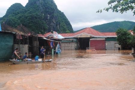 Chợ Xuân Sơn vẫn bị ngập từ 1 - 1,5 m khiến hàng trăm tiểu thương khốn đốn