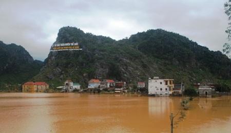 Nhiều khu vực ở Phong Nha, Sơn Trạch vẫn bị chìm sâu trong nước.