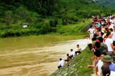 Trước đó, vào hôm 20/9, khi ông Phận bơi qua sông đã sẩy chân và bị nước lũ cuốn trôi