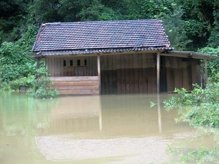 Nhiều nhà dân bị ngập sâu