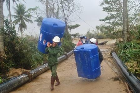Nhiều bình nước được các nhà hảo tâm hỗ trợ cho người dân vùng lũ