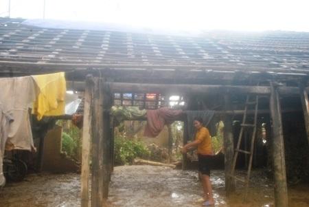 Bà Hương chua xót nhìn cảnh tượng tan hoang do lốc xoáy quét qua nhà mình