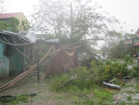 Khung cảnh tan hoang do bão số 10