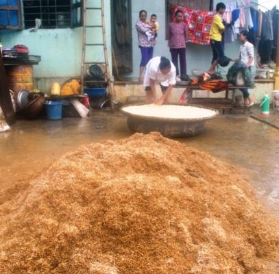 Chị Lan đưa số lúa, gạo bị ướt ra phơi gió mong cầm cự được vài ngày