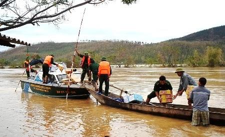 Hàng cứu trợ đến với người dân vùng lũ