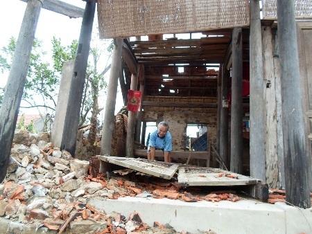 Lốc xoáy đã khiến hàng trăm ngôi nhà dân bị sập đổ, hư hỏng nặng