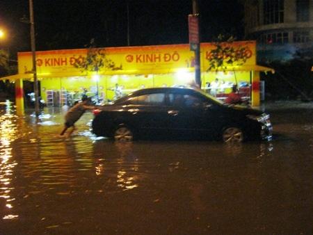 Nhiều tuyến phố Đông Hà bị ngập sâu, khiến nhiều phương tiện bị chết máy
