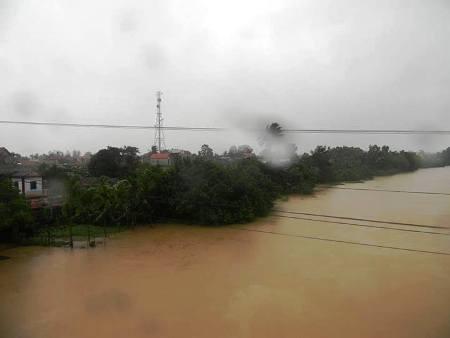 Mưa lớn khiến nước sông Kiến Giang dâng cao, vượt trên mức BĐ 2