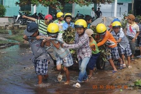 Học sinh tham gia thu dọn vệ sinh.