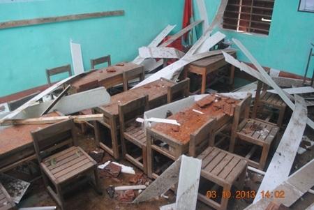 Nhiều thiết bị, bàn ghế bị hư hại do bão.