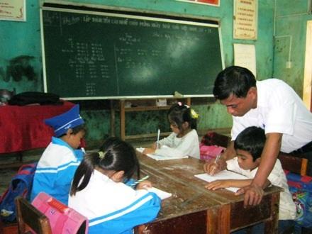 Thầy Hoàn bày cho học trò nắn nót từng con chữ.