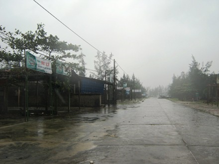 Tuyến đường ven biển Mỹ Thủy, huyện Hải Lăng vắng ngắt do mưa bão
