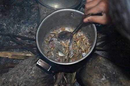 Số ít em được ăn cá khô, còn lại là rau với măng rừng