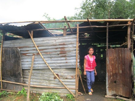 Căn bếp nhỏ đã bị hư hỏng, tốc mái sau cơn bão vừa rồi mà vẫn chưa được sửa chữa