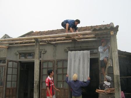 Nhiều anh em trong xóm giúp ông Tưởng sửa nhà