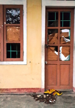 Một số phòng ở của giáo viên bị ném đá gây vỡ kính