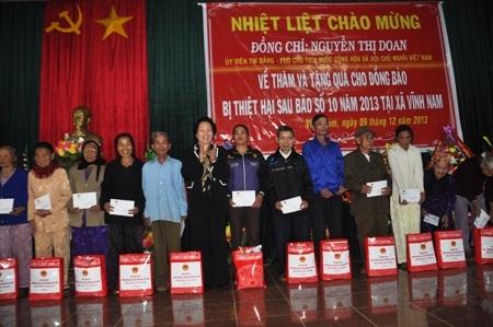 Phó Chủ tịch nước Nguyễn Thị Doan tặng quà cho bà con nhân dân xã Vĩnh Nam, huyện Vĩnh Linh