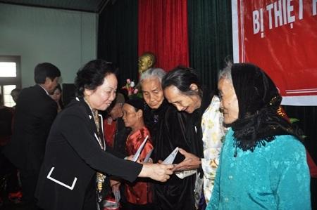 Phó Chủ tịch nước ân cần thăm hỏi và tặng quà cho các cụ cao tuổi