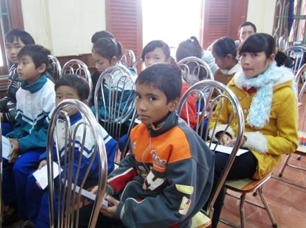 ...và trao học bổng đến các em học sinh có hoàn cảnh khó khăn, vượt khó trong học tập