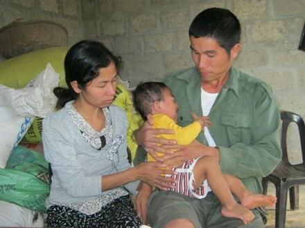Trong vòng tay cha, mẹ, bé Quân khóc thét trong đau đớn