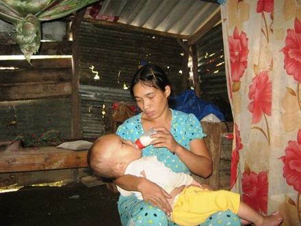 Chị Thương cho biết, cháu vẫn uống sữa được nhưng đêm đến là khóc lóc, la hét