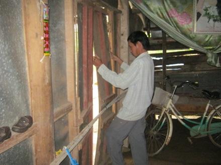 Anh Thanh sửa lại cánh cửa nhà đã bị hư hỏng