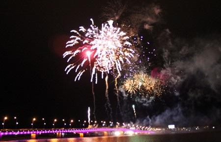 Những màn pháo hoa rực rỡ trên bầu trời Đồng Hới, Quảng Bình (Ảnh: Hồng Ngọc)