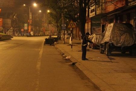 Công việc của họ phải làm vào ban đêm vất vả, để sáng ra mọi người được đi trên tuyến phố sạch sẽ