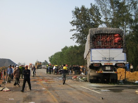 Phần đầu xe tải bị hư hỏng nặng, bẹp dúm