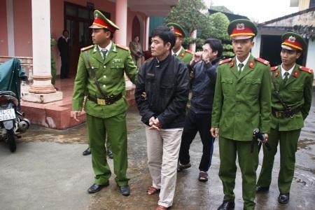 Đối tượng Trần Xuân Ngôn (đi trước) và Phạm Anh Ninh (Ảnh N. P)