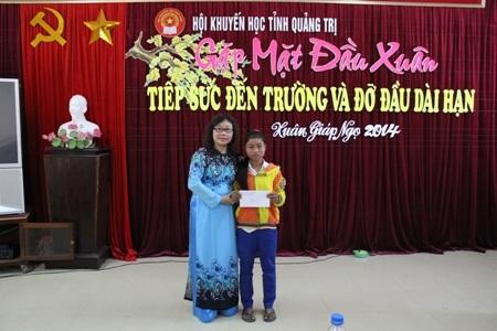 Thay mặt Hội Khuyến học tỉnh, bà Nguyễn Thị Hồng Vân trao học bổng của