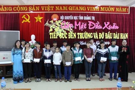 Bà Nguyễn Thị Thùy Mỵ trao phần thưởng và bằng khen cho