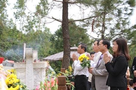 Kính cẩn dâng hoa lên mộ Đại tướng
