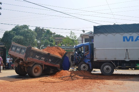 Vụ tai nạn khiến 2 người gồm 1 lái xe và 1 phụ xe bị thương nặng