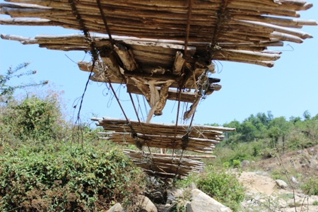 Những thanh tre trên mặt cầu bị rơi rụng gần hết và được gia cố rất sơ sài